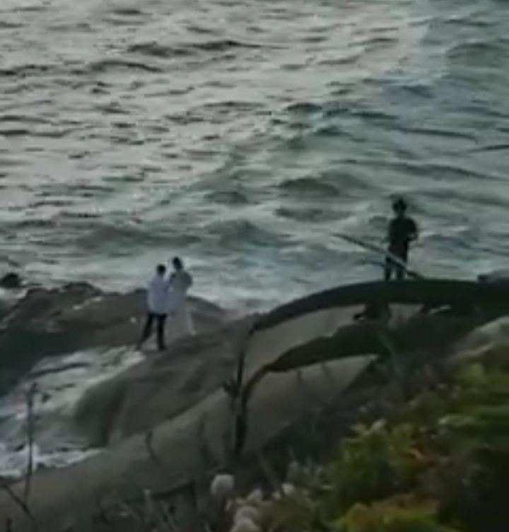 Photo of SAD: Couple washed away to death while taking Post wedding Photos at the beach [ WATCH VIDEO]